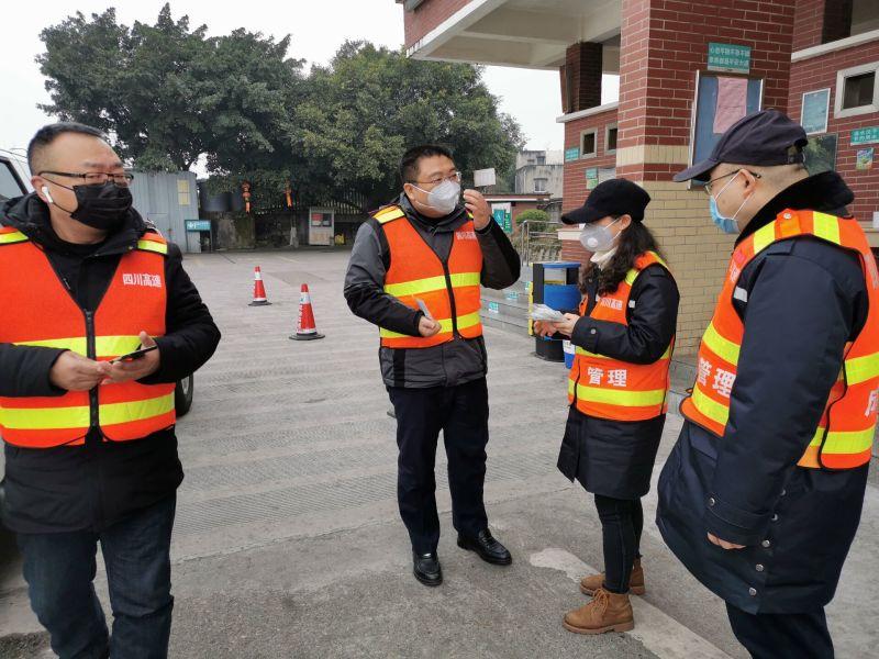 在隆昌停车区检查防控工作